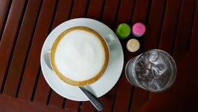 Macarons och varm kaffelatte Fotografering för Bildbyråer