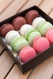 Macarons op een giftdoos Royalty-vrije Stock Afbeeldingen