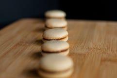 Macarons organisés dans la ligne droite Photos stock