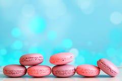 Macarons ou macaron de vanille sur le fond bleu Fond de Bokeh Image libre de droits