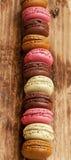 Macarons over elkaar wordt geplaatst die Stock Afbeelding
