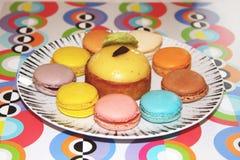 Macarons på en plätera arkivbild