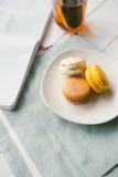 Macarons på vit träbakgrund Arkivbild