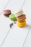 Macarons på vit träbakgrund Royaltyfri Fotografi