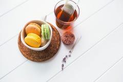 Macarons på vit träbakgrund Royaltyfri Bild