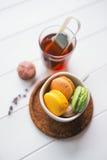 Macarons på vit träbakgrund Royaltyfria Bilder