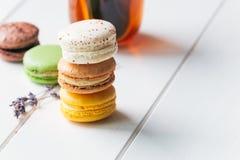 Macarons på vit träbakgrund Arkivbilder