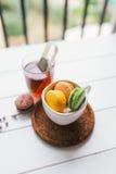Macarons på vit träbakgrund Arkivfoton