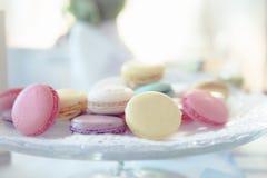 Macarons pastel em suportes do bolo Imagem de Stock Royalty Free