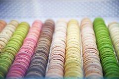 Macarons plus ou moins ronds colorés de bonbons dans une boîte sur l'étalage du Th Images libres de droits