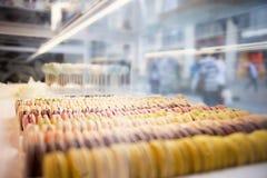 Macarons plus ou moins ronds colorés de bonbons dans une boîte sur l'étalage du Th Photographie stock libre de droits