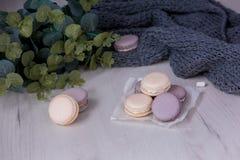 Macarons pourpres sur la table photo stock