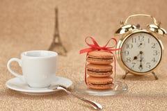 Macarons Réveil d'or, café de tasse, Tour Eiffel Images stock