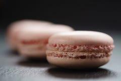 Macarons rosa-chiaro sul fondo dell'ardesia Immagine Stock Libera da Diritti