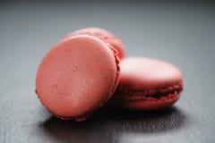 Macarons rosa luminosi sul fondo dell'ardesia Fotografia Stock Libera da Diritti