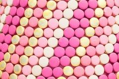 Macarons rosa variopinti di bianco dell'oro Fotografie Stock