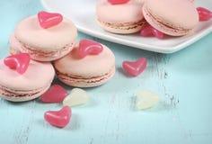 Macarons rosados con los corazones rosados y blancos del caramelo de la jalea Imagen de archivo