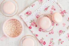 Macarons roses dans le boîte-cadeau avec la tasse de café Photo libre de droits
