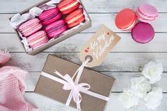Macarons roses dans une boîte pour la Saint-Valentin photos stock