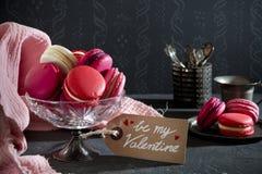 Macarons roses pour la Saint-Valentin photos libres de droits