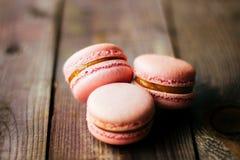 Macarons roses pourpres cuits au four frais de biscuits de pâtisserie de macaron, macaronis dans l'affichage de magasin de détail image libre de droits