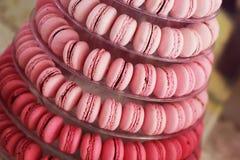 Macarons roses sur les bonbons arrondis à sucrerie de plat Photographie stock libre de droits
