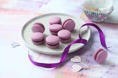 Macarons roxo com enchimento do corinto preto do chocolate Imagens de Stock Royalty Free