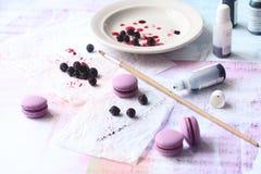 Macarons roxo com enchimento do corinto preto do chocolate Fotografia de Stock