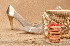 Macarons Sapatas brilhantes luxuosas, ouro da bolsa vintage Foto de Stock Royalty Free
