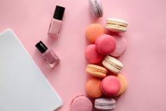 Macarons savoureux avec des vernis à ongles sur le fond de couleur images libres de droits