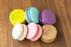 Macarons savoureux avec l'amande sur le fond en bois image libre de droits