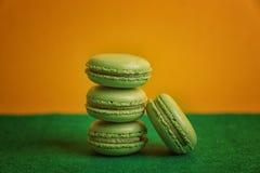 Macarons savoureux sur la surface verte photos stock