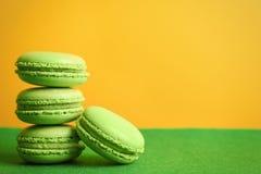 Macarons savoureux sur la surface verte images libres de droits