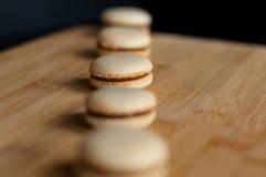 Macarons servis dans une rangée droite Photos stock