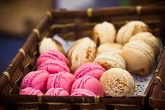 Macarons sortiment i en gnäggad ask Arkivfoton
