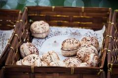 Macarons sortiment i en gnäggad ask Royaltyfria Bilder