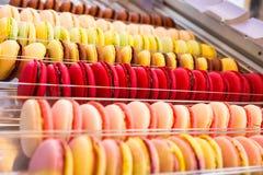 Macarons sur l'étalage Images libres de droits