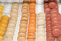 Macarons sur l'affichage photographie stock libre de droits