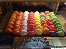 Macarons sur l'affichage au café Image libre de droits