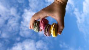 Macarons sur le fond de ciel photos stock