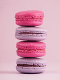 Macarons sur le fond rose Photo libre de droits