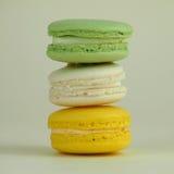 Macarons sur le fond vert Image stock