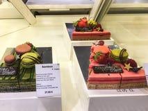 Macarons sur les pâtisseries en bambou dans l'epicerie de Galeries Lafayette, Paris Photographie stock