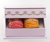 Macarons sur un cadre violet Photo libre de droits