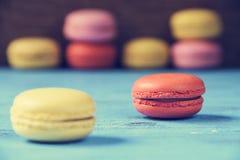 Macarons sur une surface rustique bleue Image stock