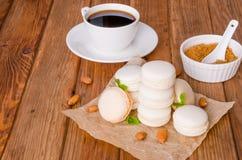 Macarons tradicionales franceses del postre con vainilla y la crema blanca del chocolate foto de archivo