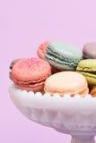 Macarons in un piatto del piedistallo Fotografia Stock Libera da Diritti
