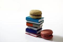 Macarons und Bücher Stockfotos