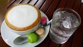 Macarons und heiße Kaffeekunst Lizenzfreies Stockbild