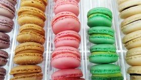 Macarons variopinti francesi immagini stock